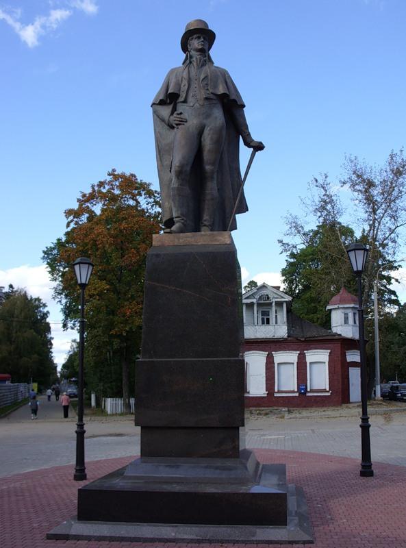 Памятник В.А. Всеволожскому  на центральной площади Всеволожска (фото автора)